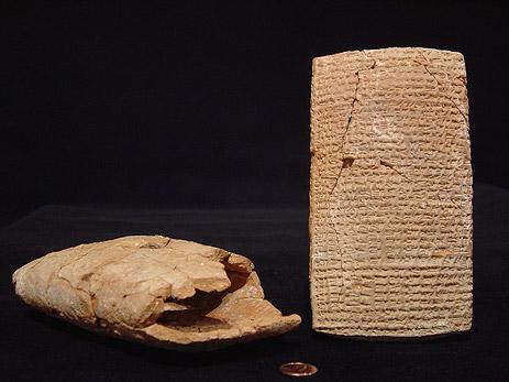 ちなみに「粘土板」と、誤訳のように思える「粘土の封筒」の画像はこちら。